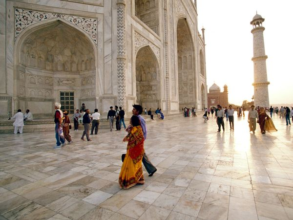 people-around-exterior-of-taj-mahal_28016_600x450